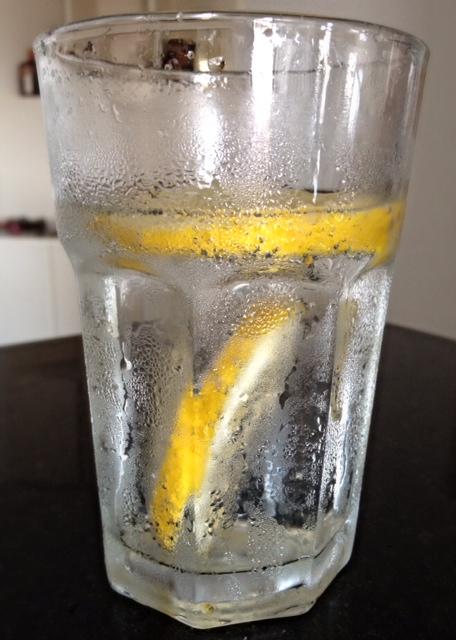 água com gás e limão