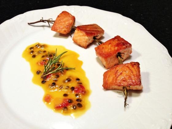 salmão no alecrim com molho de maracujá