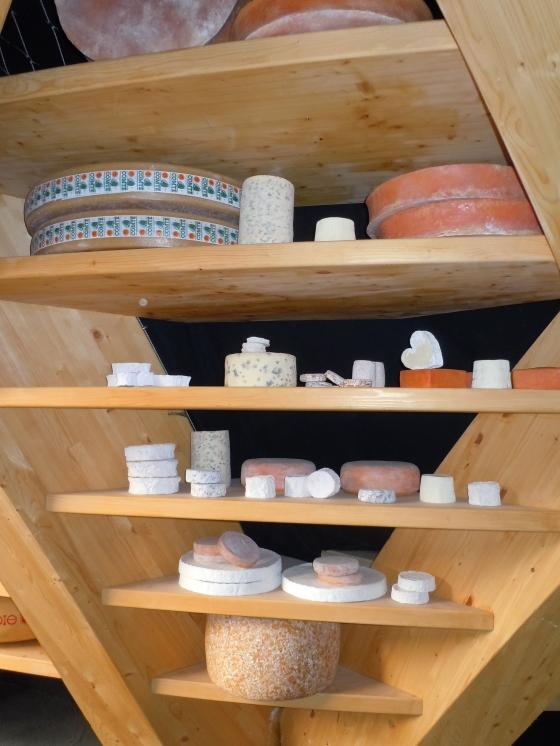 Pavilhão da França, com os queijos típicos do país.